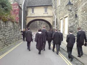 Studenci Oksfordu w tradycyjnych strojach